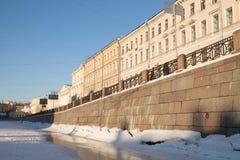 Granitinvallning av den Fontanka floden i St Petersburg, Ryssland Arkivfoto
