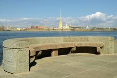 Granitinvallning av St Petersburg Arkivfoto