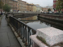 Granitinvallningen av den Griboyedov kanalen med sikter av lejonbron Fotografering för Bildbyråer