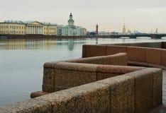 Granitinvallningen av den Neva floden Arkivbilder