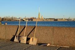 Granitinvallningen av den Neva floden Vi ser dörrvakter för en skyffel Arkivfoton