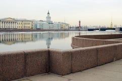 Granitinvallningen i St Petersburg Arkivfoto