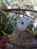 Granitkonstverk i trädgård Fotografering för Bildbyråer