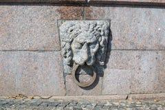 Granitlöwe mit einem Ring in seinem Mund Stockbilder