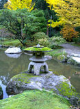Granitlaterne im japanischen Garten, Fall Lizenzfreie Stockfotos