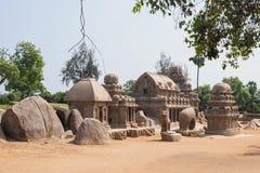 Granitmonoliter som hedrar hinduiska gudar i Tamil Nadu Arkivbilder