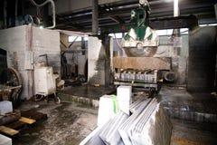 Granito che elabora nella fabbricazione Lastra del granito di taglio con una sega circolare Uso di acqua per raffreddamento Segar immagine stock