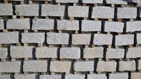 Granito que pavimenta bloques con los espaciadores de madera foto de archivo