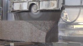 Granito que procesa en la fabricación Losa del granito del corte con una sierra circular Uso del agua para refrescarse metrajes