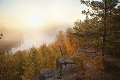Granitowa faleza i sosny przegapia mglistego jezioro w północnym Minne Fotografia Royalty Free