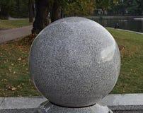 Granitowa sfera na bulwarze Odgórny jezioro w Kaliningrad (Rosja) Obraz Royalty Free