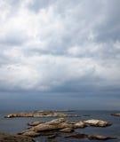 Granitowe falezy i morze Zdjęcia Royalty Free
