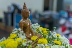 Granitowy Buddha z kwiatem wokoło Zdjęcie Royalty Free