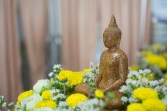 Granitowy Buddha z kwiatem wokoło Obrazy Stock