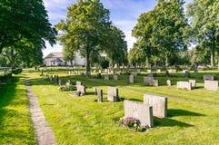 Granitowy gravestone, zielony cmentarz Zdjęcia Royalty Free