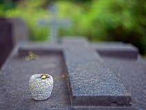 Granitowy nagrobek w formie krzyża z świeczką zdjęcia stock