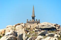 Granitowy ostrosłup dedykujący ofiary Sémillante shipwreck, Lavezzi wyspa, Corsica, Francja Obraz Royalty Free