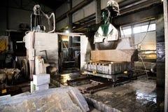 Granitowy przerób w produkci Tnąca granitowa cegiełka z kółkowym saw Use woda dla chłodzić Przemysłowy piłowanie zdjęcie stock