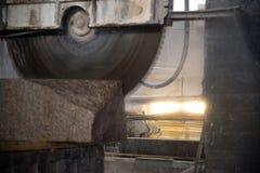 Granitowy przerób w produkci Tnąca granitowa cegiełka z kółkowym saw Use woda dla chłodzić Przemysłowy piłowanie zdjęcia stock
