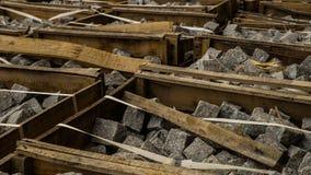 Granitpflasterer in den Holzkisten Stockfotos
