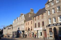 Granitradhus och shoppar på den Schoolhill gatan i Aberdeen Royaltyfria Foton