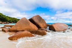 Granitrocks på stranden Seychellerna Arkivfoto