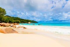 Granitrocks på stranden Seychellerna Arkivbild