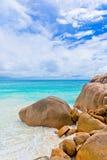 Granitrocks på stranden Seychellerna Arkivfoton