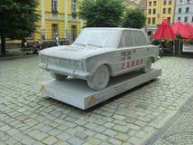 Granitskulptur av rekordet 25000 km Fiat 125p Arkivfoton