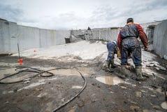 Granitsteinbruch, vorbereitet für Abbau des Materials, Leutearbeiten Lizenzfreies Stockbild