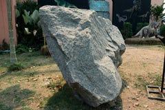 Granitu kamie?, czerep granit na ziemi obraz royalty free