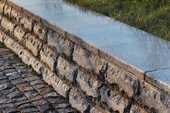 Granitu rabatowy kerb w parku Obraz Stock