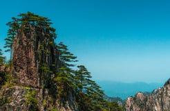 Granitu szczyt z sosnami i niebieskim niebem Fotografia Stock