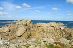 Granitu wybrzeża skały w Ploumanach Zdjęcie Royalty Free