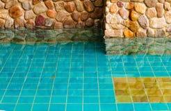 Granitvägg och vatten Arkivfoto