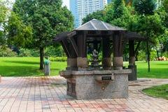 Granitwasserbrunnen im grünen Park lizenzfreies stockfoto