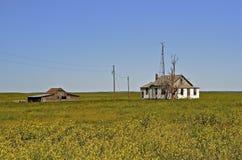 Granja abandonada en la pradera Foto de archivo libre de regalías