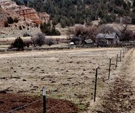 Granja abandonada en las colinas Fotos de archivo libres de regalías