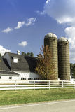 Granja americana del país con los silos Fotos de archivo