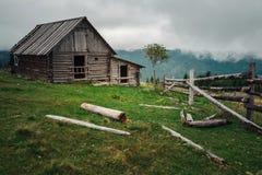 Granja atmosférica en verano en pueblo cárpato foto de archivo