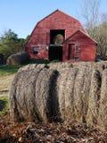 Granja: balas de heno con el granero rojo viejo - v Foto de archivo