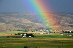 Granja, campo y arco iris del país Imagen de archivo