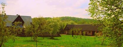Granja colorida en el país de Lituania Foto de archivo libre de regalías