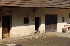 Granja con las gallinas en montañas cerca de Myjava foto de archivo