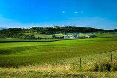 Granja con los campos de maíz del balanceo en Pennsylvania fotos de archivo libres de regalías