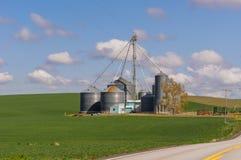 Granja con los silos del almacenamiento del grano Foto de archivo libre de regalías