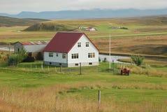 Granja con un tejado rojo imagen de archivo libre de regalías