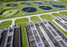 Granja de aguas residuales Foto aérea estática que mira abajo sobre el clarifyin Fotografía de archivo