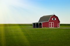 Granja de Amish - granero rojo y salida del sol verde del campo Fotos de archivo libres de regalías