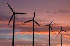 Granja de energía de la ecología con la turbina de viento foto de archivo